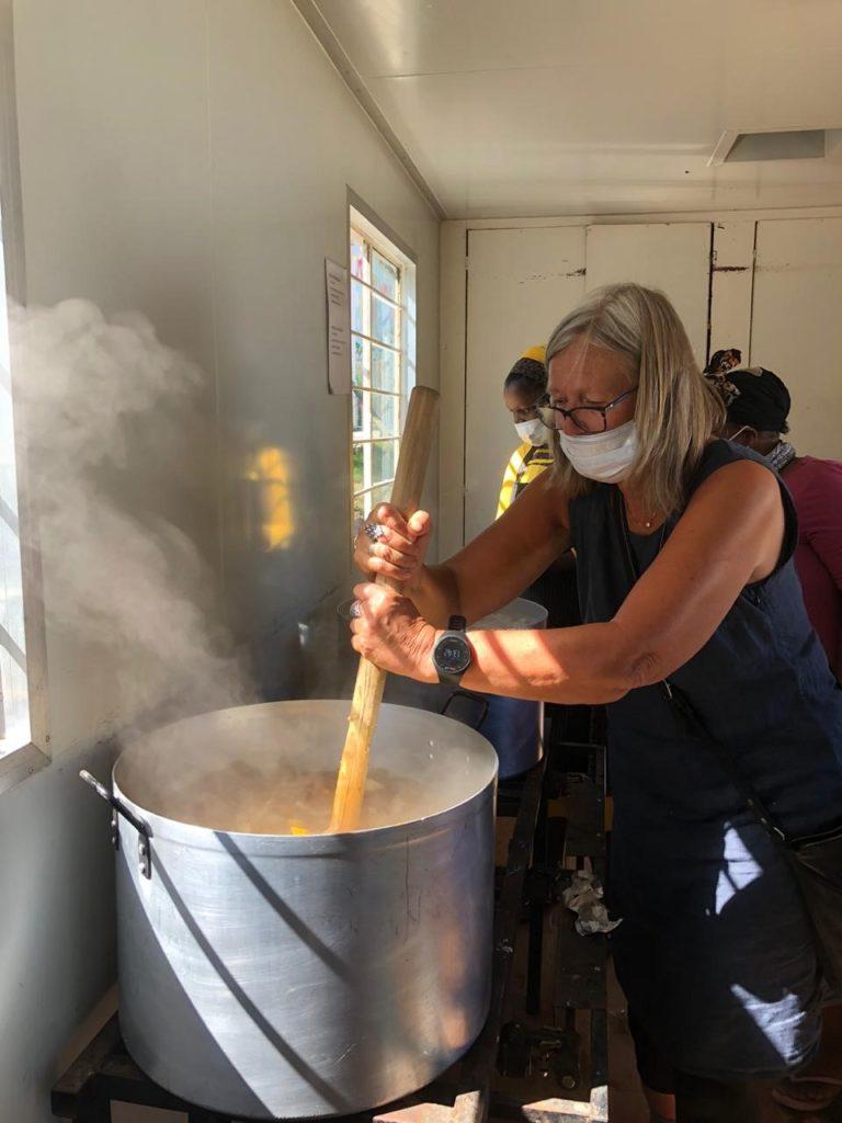 Sylke beim Kochen