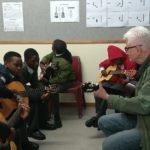 wolfgang, freiwilliger 2019 beim Gitarrenunterricht